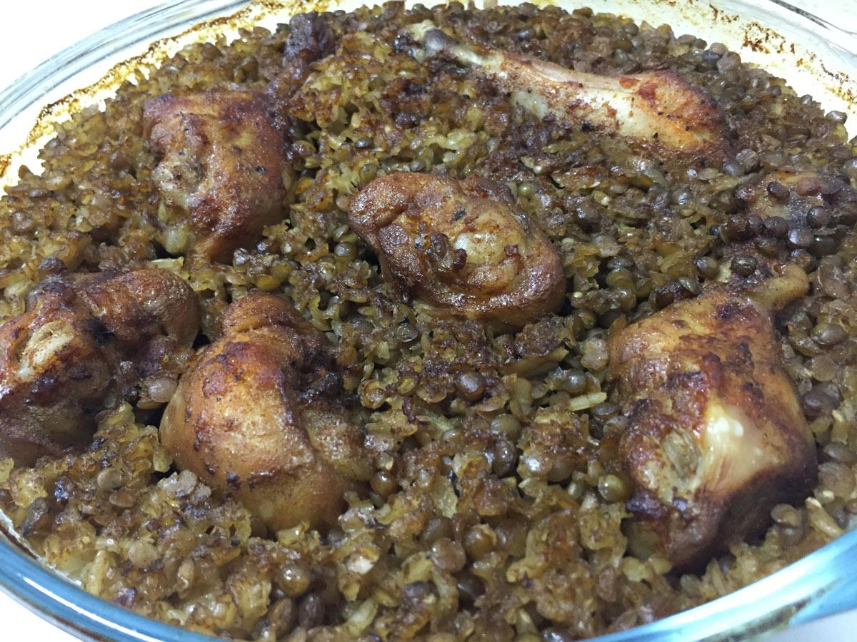 קדרת אורז מלא ועדשים עם שוקיי עוף
