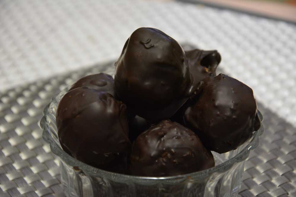 כדורי קוקוס מצופים בשוקולד מריר לאחר קירור