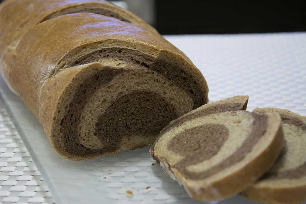 לחם שיש (בתמונה הלחם המוברש בביצה)
