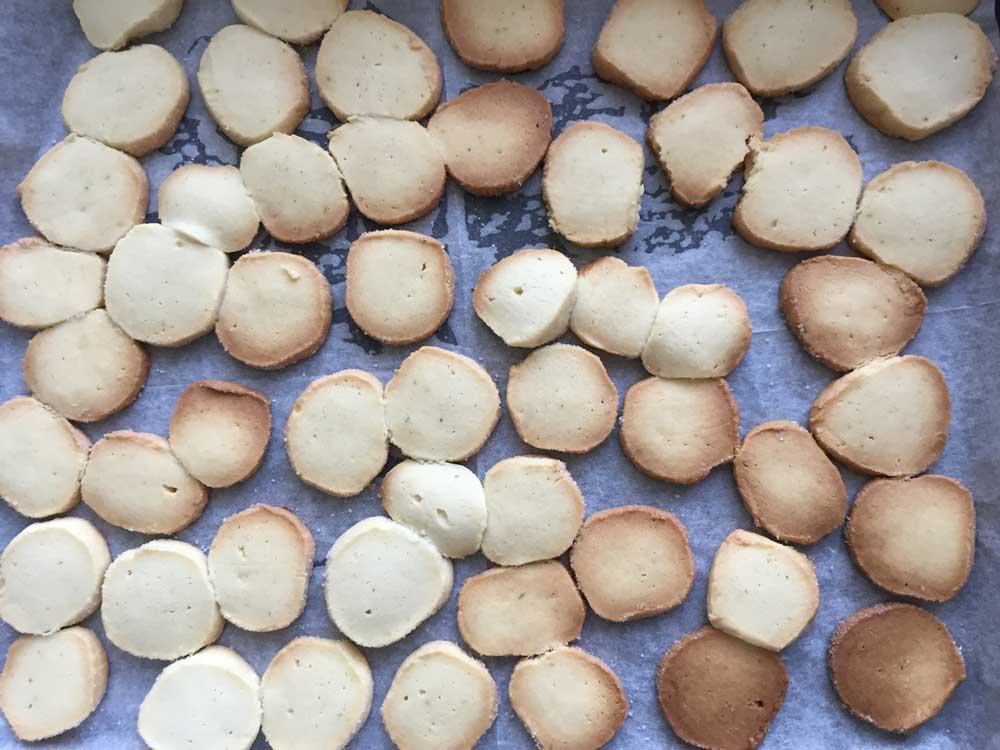 העוגיות מצטננות לאחר יציאה מהתנור