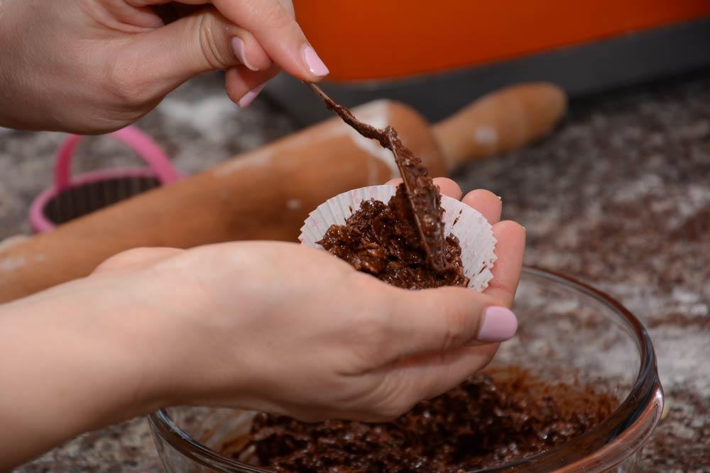 העברת פצפוצי האורז עם השוקולד למנג'טים