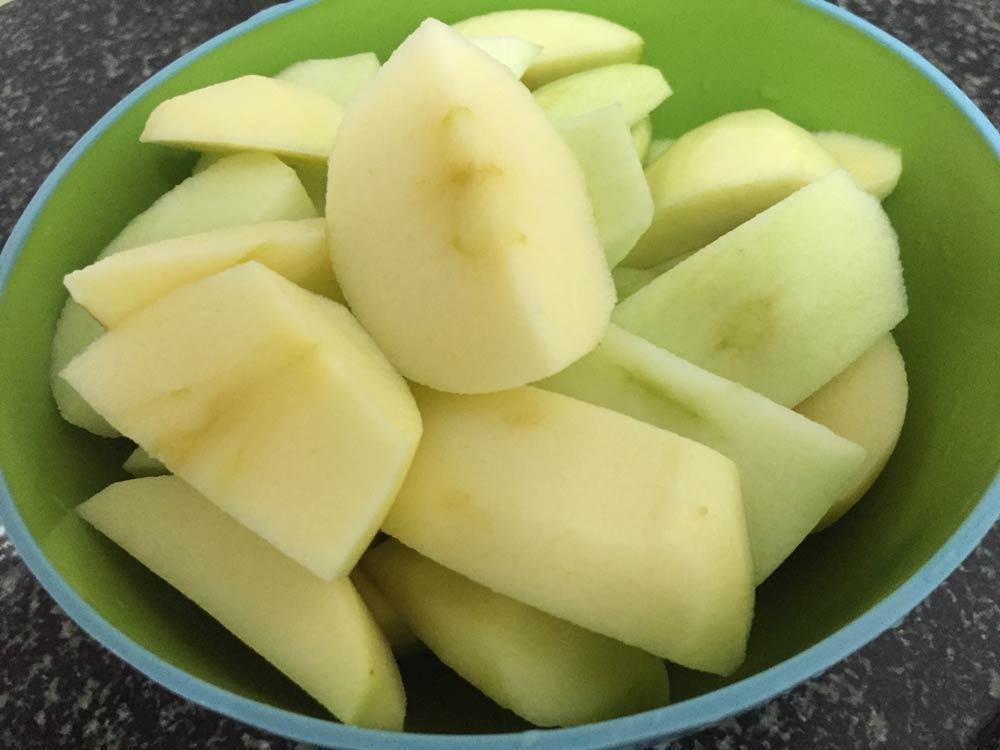 התפוחים חתוכים לרבעים