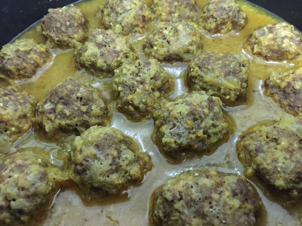 כדורי בשר טעימים ברוטב צהוב