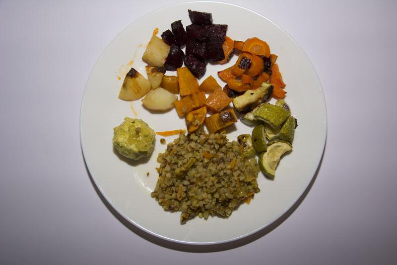 הצלחת היומית: תבשיל כוסמת וירקות לצד סלט ירקות עם קינואה