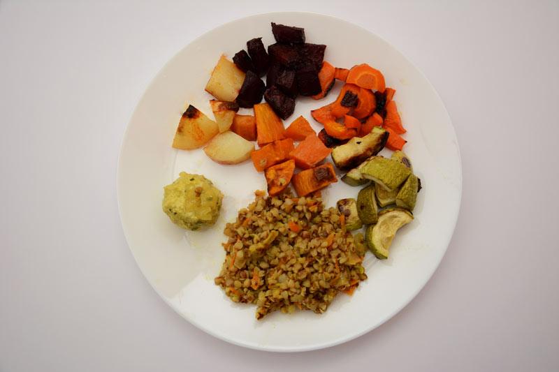 הצלחת היומית: תבשיל כוסמת וירקות לצד ירקות בתנור