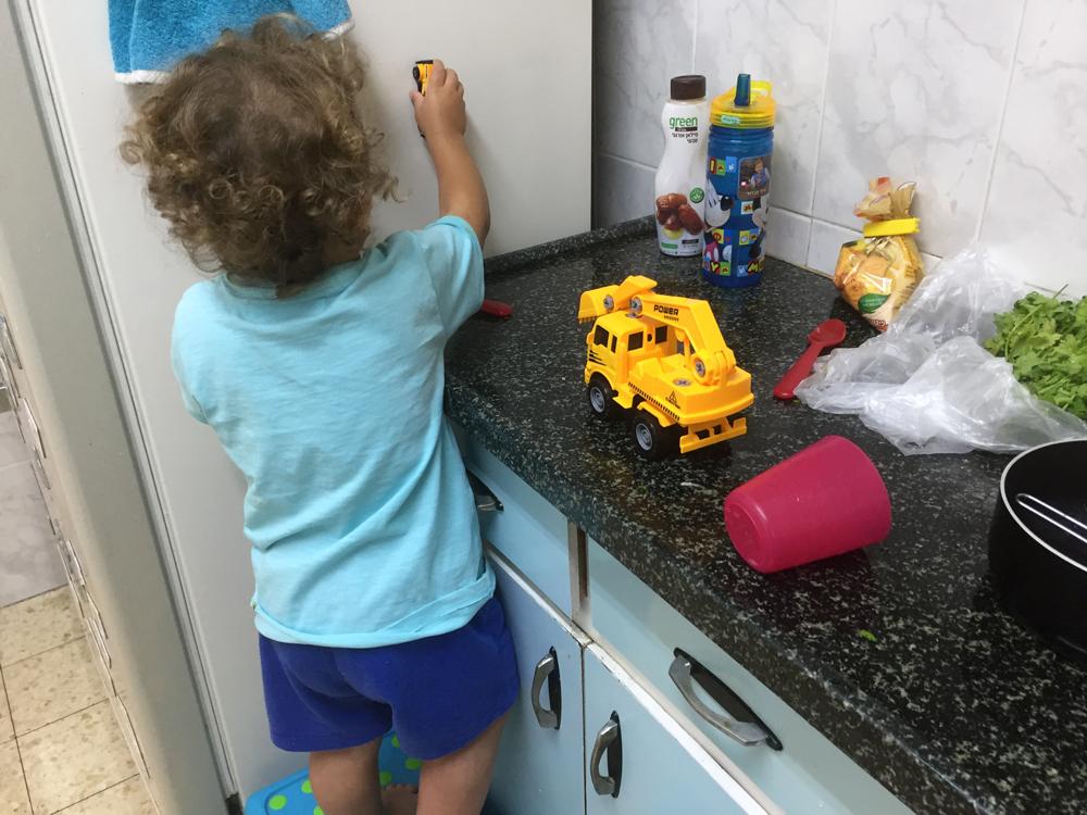 איתי משחק במטבח בזמן הכנת הקציצות