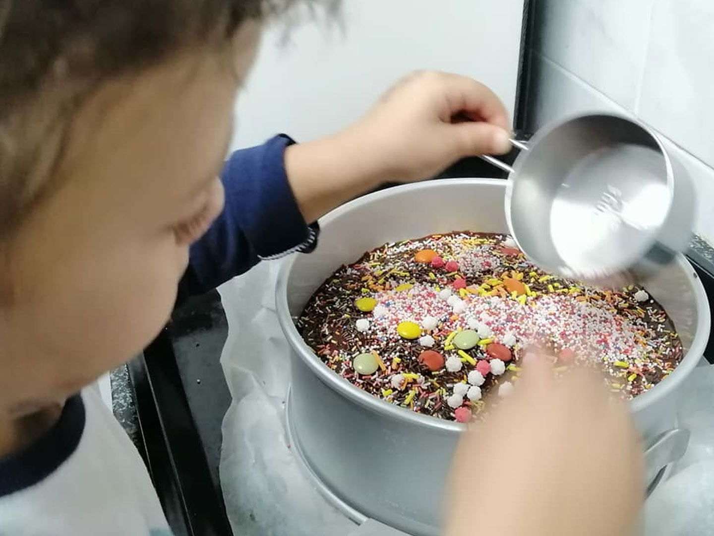 עוגה סופר שוקולדית וטעימה ברמות על מאבקת שוקולית מושלמת כעוגת יומולדת