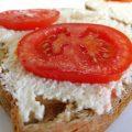 גבינת קשיו טבעונית במרקם מושלם לפיצה ואפילו סתם לנשנוש על לחם עם פרוסות עגבניה