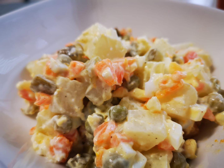 סלט תפוחי אדמה וביצים במיונז הכי טעים ופשוט להכנה