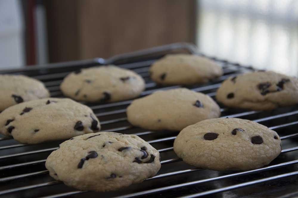 עוגיות בשוקולד צ'יפס לאחר האפיה