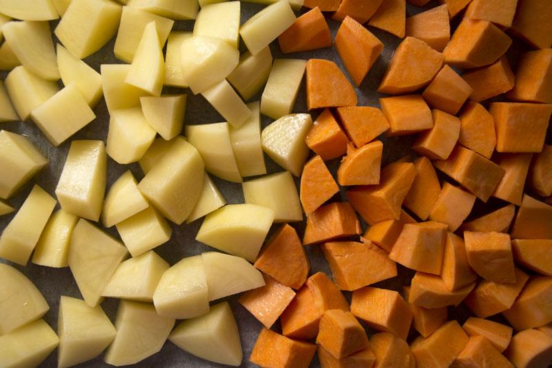 טריק מדליק להכנת ירקות בתנור בקלות ובזריזות - בתמונה: בטטה ותפוח אדמה
