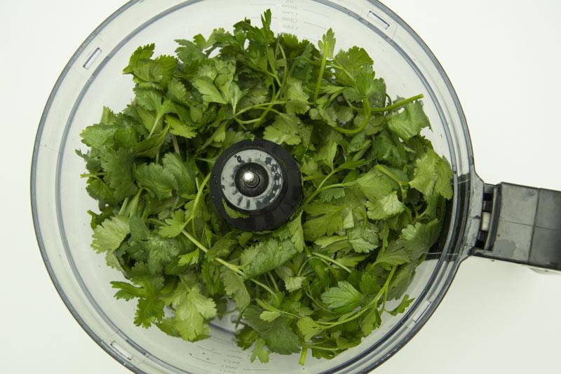 הפטרוזיליה והכוסברה מוכנים לקיצוץ במעבד המזון