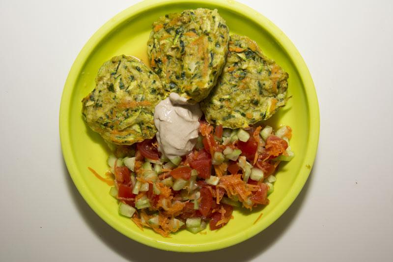 לביבות קישואים אפויות בתנור לצד סלט ירקות וטחינה ביתית