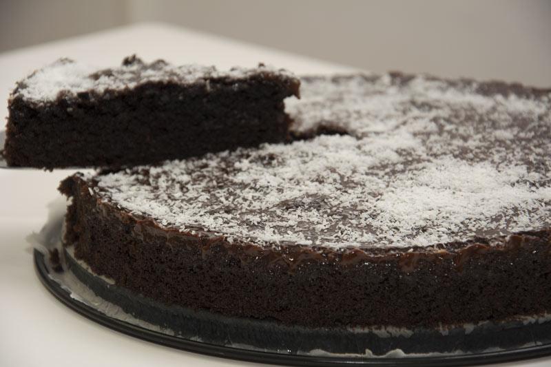 עוגת שוקולד שוקולדית ועסיסית במיוחד... מושלמת כעוגת יומולדת אבל לא רק!