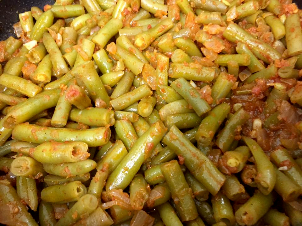 מתכון קל וטעים לשעועית ירוקה עם עגבניות טריות