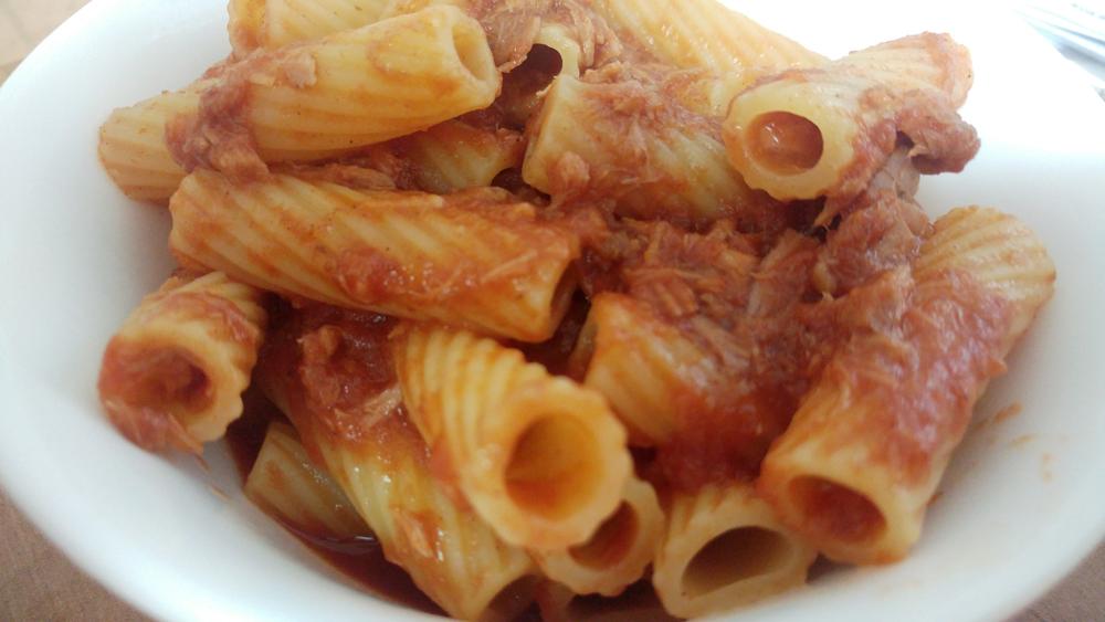 פסטה עם טונה ברוטב עגבניות - מנה טעימה וסופר קלה להכנה!