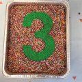 עוגת יומולדת עם ספרה מסוכריות צבעוניות