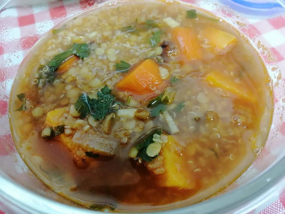 מרק קינואה ועדשים כתומות - אי אפשר להאמין כמה הוא טעים עד שמכינים!