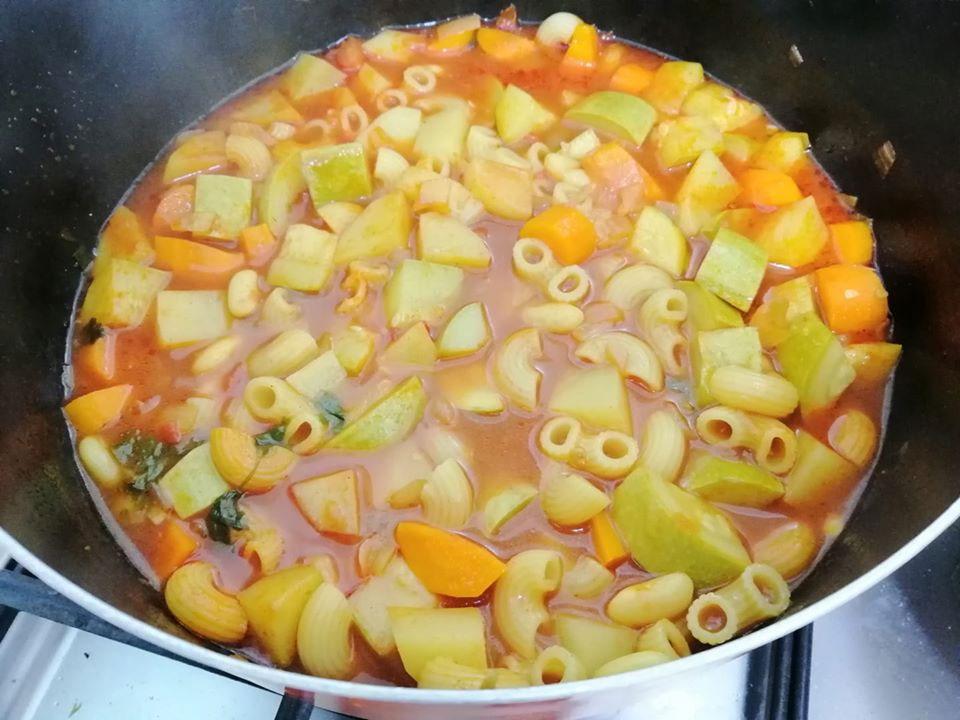 מתכון מעולה למרק מיניסטרונה טעים, מחמם ומזין (ובונוס: גם קל להכנה)