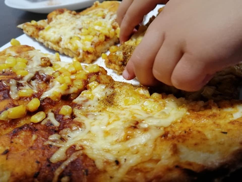 פיצה ביתית טעימה וקלה להכנה שאפשר (ורצוי) להכין עם הילדים