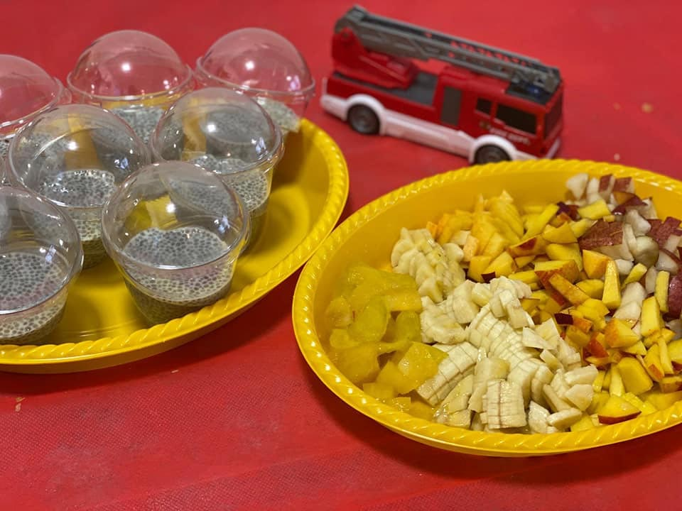 הצעת הגשה באירוע - פודינג ציה בכוסיות בינוניות עם פירות טריים בצד ביומולדת 4 לבן שלי