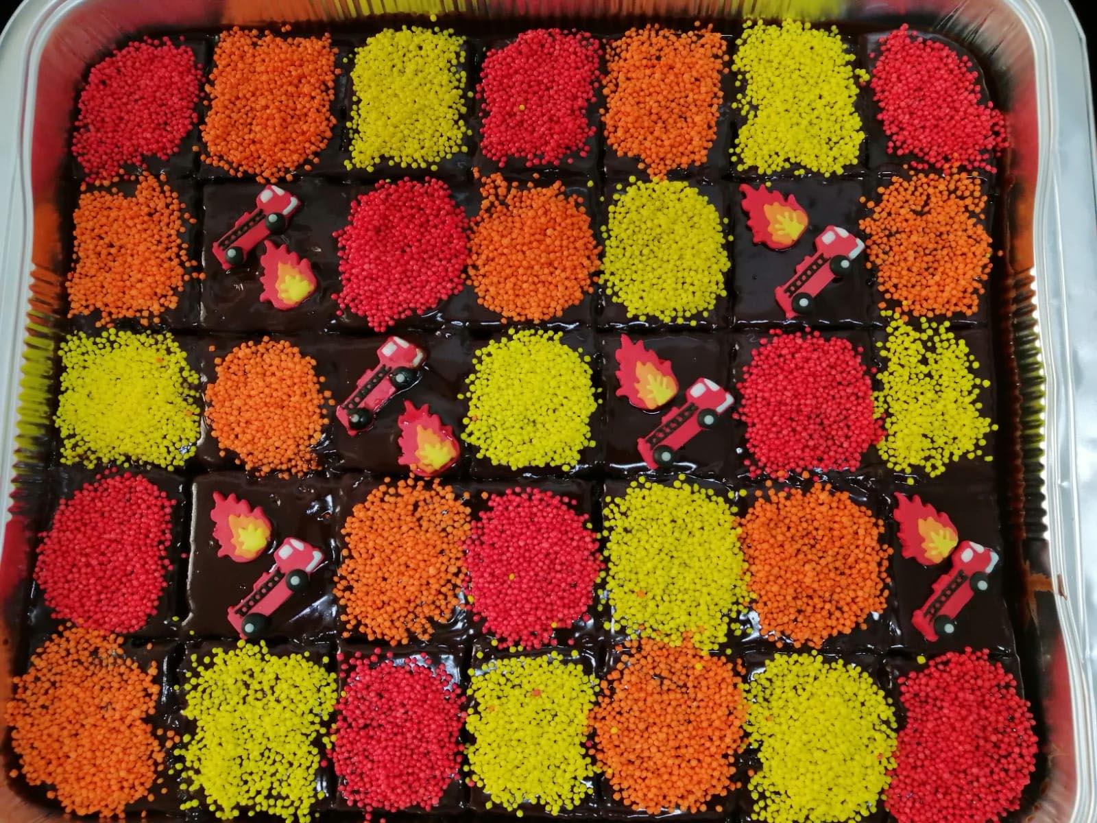 עוגת שוקולד ריבועים ליומולדת בקונספט כבאיות