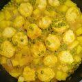 """תבשיל קציצות עוף מושלם עם תפוחי אדמה ואפונה קפואה (או """"כדורי כוח"""" כמו שהבן שלי קורא לה)"""